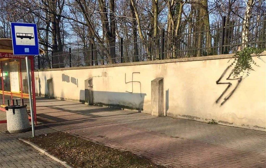 Náci jelképeket festettek az Auschwitzhoz közeli zsidó temető betonkerítésére