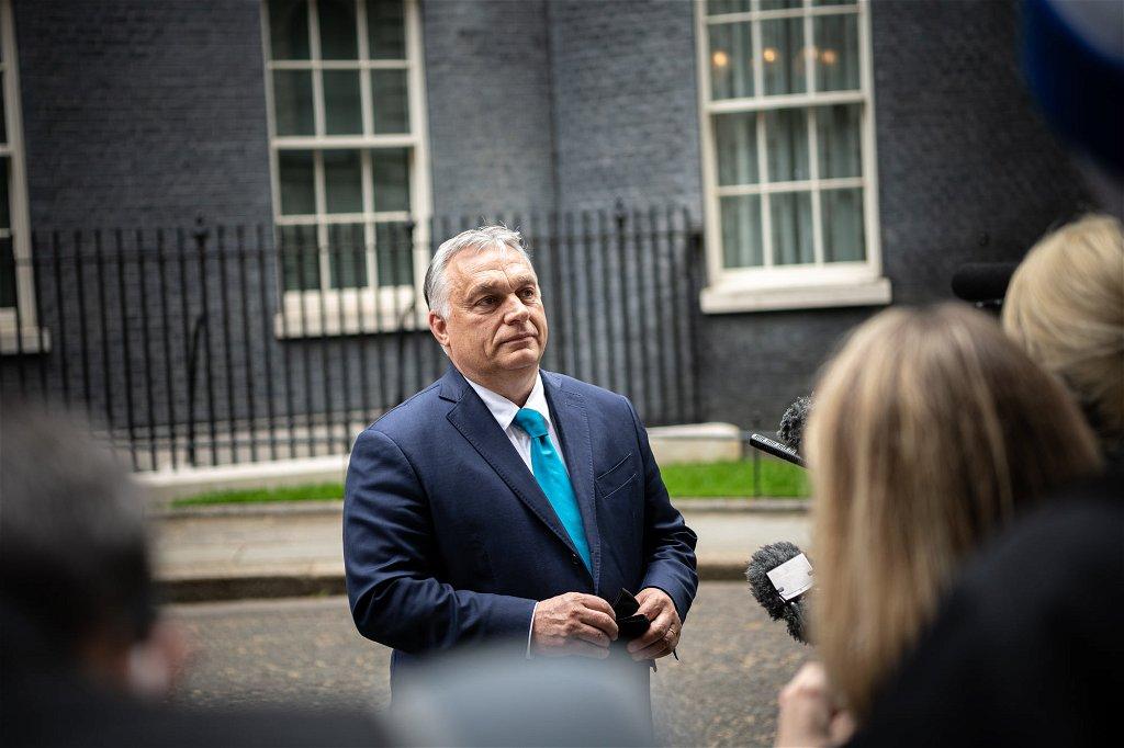 Angolul tartott sajtótájékoztatót Orbán Viktor Londonban ...