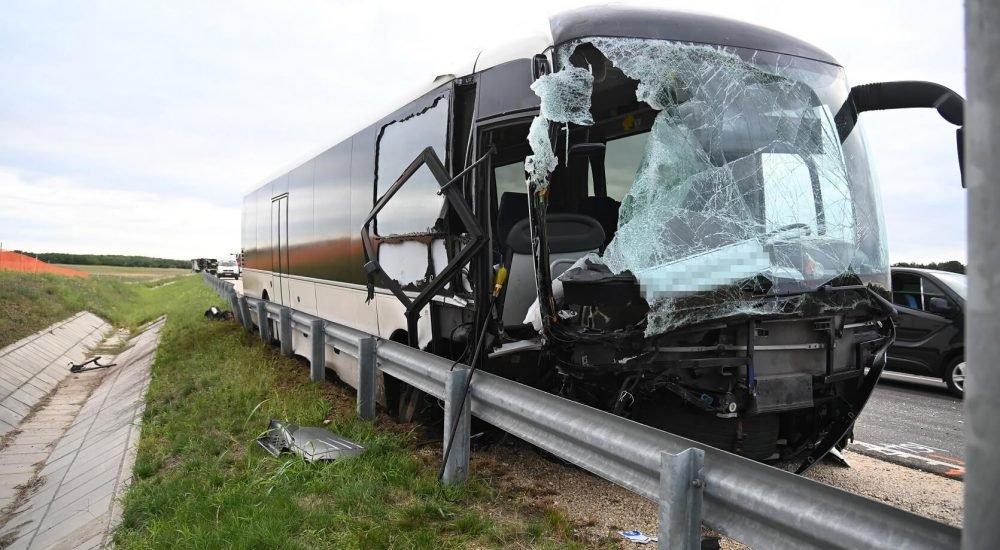 Ijesztő képek érkeztek az M4-esen történt buszbalesetről: szétroncsolódott  busz, felborult kamion - Liner.hu